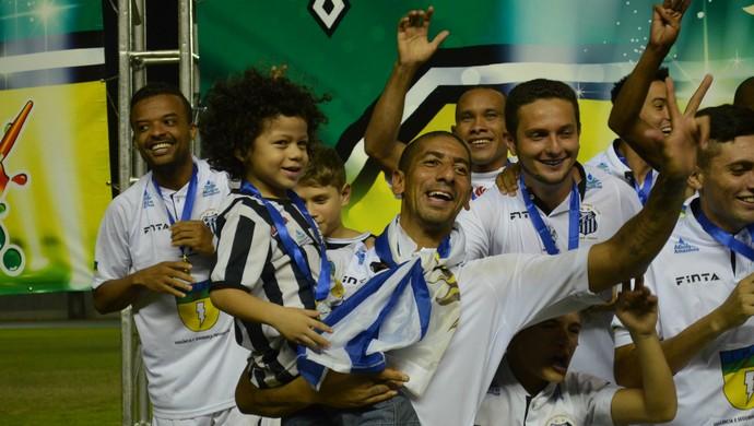 Jogador do Santos-AP, Acosta com o filho comemorando a vitória (Foto: Rafael Moreira/GE-AP)