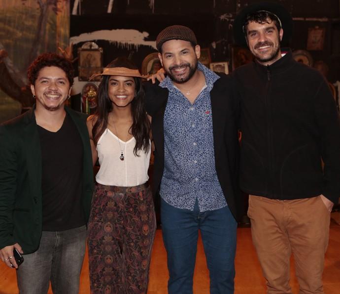 Lucy Alves posa ao lado dos músicos (Foto: Felipe Monteiro/ Gshow)