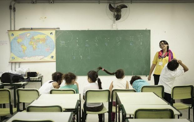 Janaina de Almeida dá aulas de matemática na escola Clorinda Danti seguindo da metologia O Círculo da Matemática (Foto: Caio Kenji/G1)