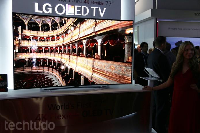 De frente, novo modelo de TV da LG com tela curva impressiona na CES 2014 (Foto: Fabrício Vitorino/TechTudo)