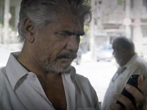 Celular de Manoel fica sem bateria (Foto: TV Globo)
