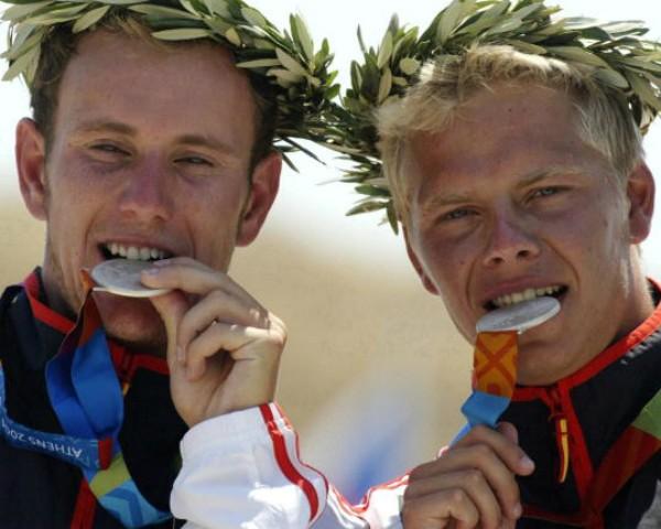 O alemão Stefan Henze (à direita) quando subiu ao pódio nas Olimpíadas de Atenas em 2004 (Foto: Getty Images)
