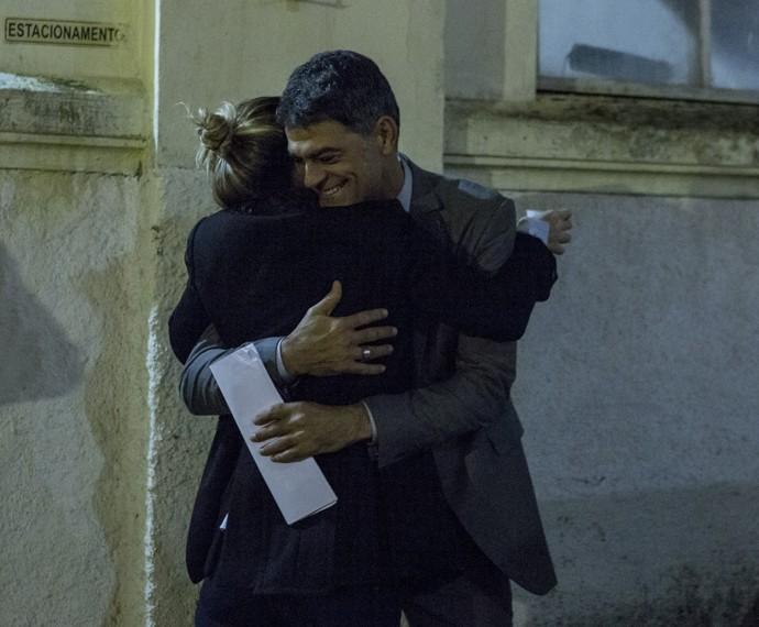 Eduardo Moscovis abraça a diretora de núcleo no intervalo das gravações. O ator interpreta Orlando em A Regra do Jogo (Foto: Ellen Soares/ Gshow)