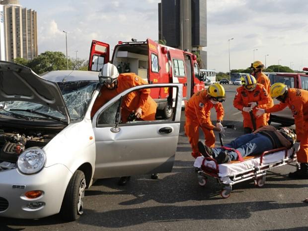 Corpo de Bombeiros atendendo homem que capotou carro no Eixão Sul (Foto: Corpo de Bombeiros/Divulgação)