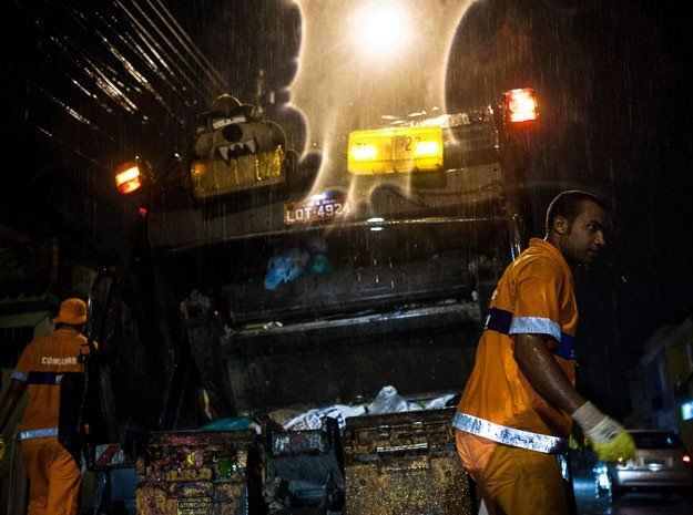 Fotógrafo registrou o dia a dia dos garis cariocas  (Foto: Cyril Marcilhacy)