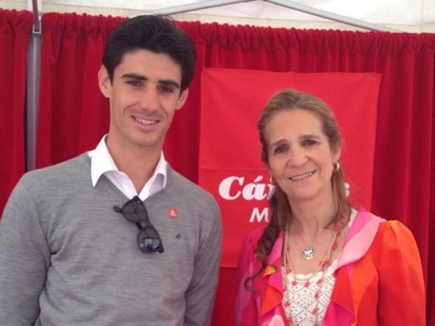 Víctor Barrio ao lado da infanta Elena da Espanha em foto de 26 de maio (Foto: Reproduç~]ao/Twitter/VictorBarrio)