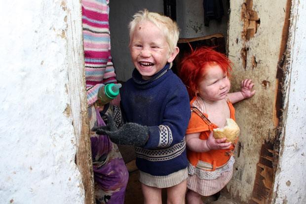 Foto de 24 de outubro mostra dois dos possíveis irmãos de Maria, na cidade búlgara de Nikolaevo (Foto: AFP)
