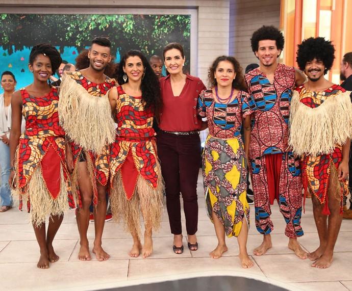 Dançarinos com a apresentadora nos bastidores (Foto: Fabiano Battaglin/Gshow)