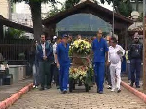 Jovem morto após briga em frente a boate é enterrado em São José (Foto: Reprodução/TV Vanguarda)