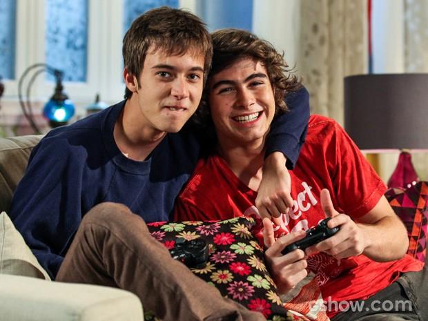 João e Pedro são amigos inseperavéis mesmo cheios de diferenças (Foto: Camila Camacho / TV Globo)