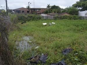 Área no Perpétuo Socorro tomada pelo lixo e mato alto, em Macapá (Foto: John Pacheco/G1)