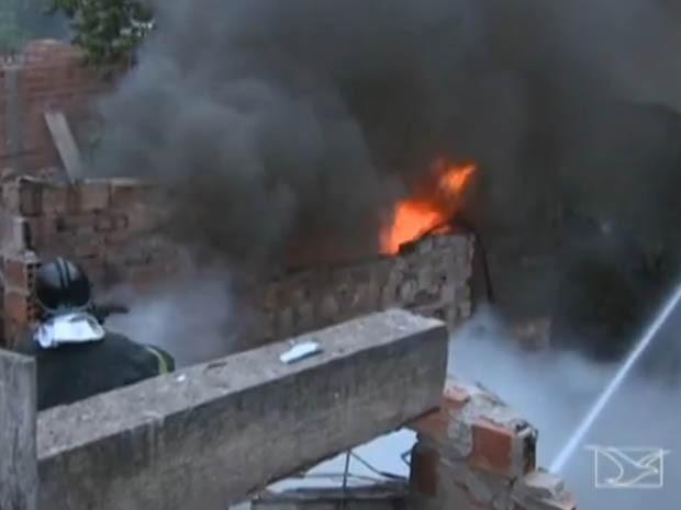 Incêndio no São Francisco deixou uma casa destruída (Foto: Reprodução/TV Mirante)