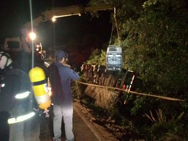 Caminhão saiu da pista e capotou próximo ao córrego (Foto: PRF/Divulgação)