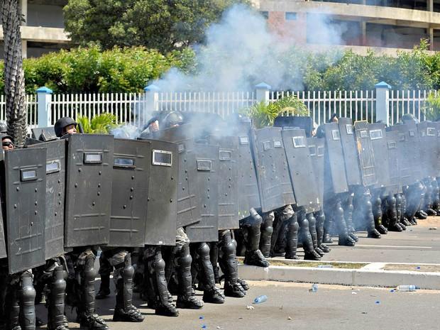 Tropa de choque preparam lançamento de bombas de gás lacrimogênio, na Avenida Dedé brasil um dos principais acessos a Arean Castelão. (Foto: Yuri Cortez/AFP)