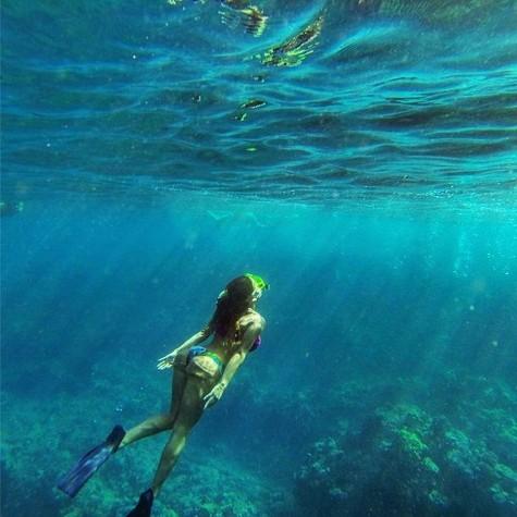 Ludmila em mergulho no Havaí (Foto: Reprodução)