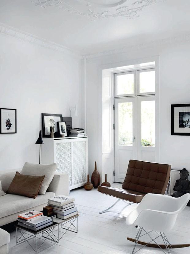 Décor do dia: sala branca ressalta clássicos do design (Foto: Reprodução)