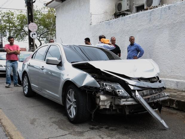 Carro ficou com a parte dianteira destruída (Foto: Jonathan Lins/G1)