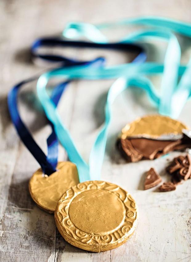Todo convidado é um campeão! Medalhas de chocolate Sweet Brazil  (Foto: Elisa Correa/Editora Globo)