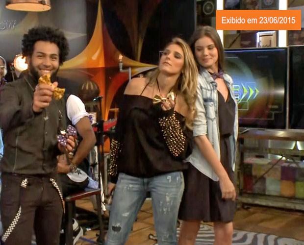 Camila Queiroz, a Angel de Verdades Secretas, e Rafa Brites desfilam com gravatas feitas pelo vocalista da Serial Funkers (Foto: Gshow)
