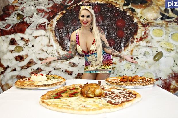 Sabrina Boing Boing e as pizzas (Foto: Celso Tavares/EGO)