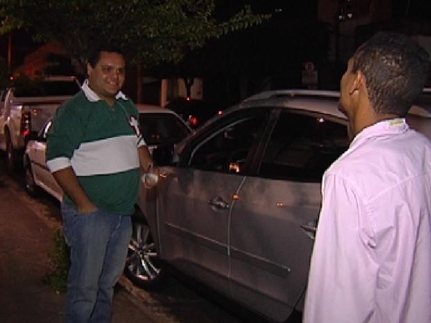 Flanelinha aborda motorista durante a noite de Rio Preto (Foto: Reprodução / TV Tem)