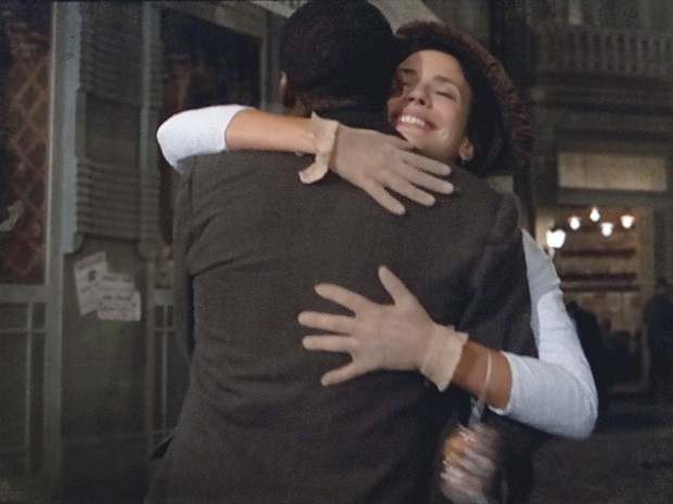 Fátima e Zé Maria dão um abraço apertado (Foto: Lado a Lado / TV Globo)