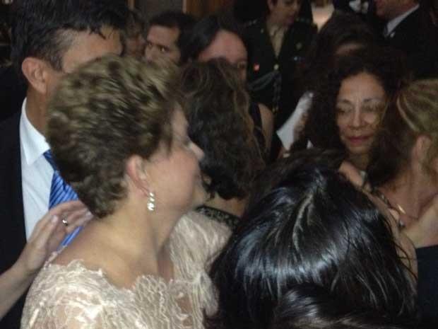 Dilma cumprimenta convidados em coquetel no Itamaraty