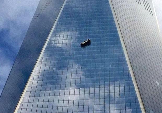 Estrutura ficou pendurada do lado externo do WTC (Foto: Reprodução/Twitter/David Clark Scott)