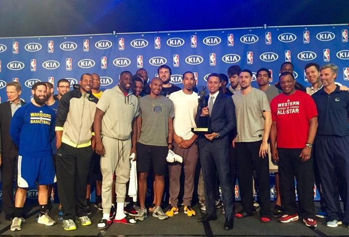 Jogadores do Golden State se juntam ao MVP Stephen Curry (Foto: Reprodução/Twitter)