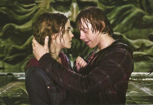 Emma Watson e Rupert Grint no aguardado beijo de Rony e Hermione (Foto: Divulgação)