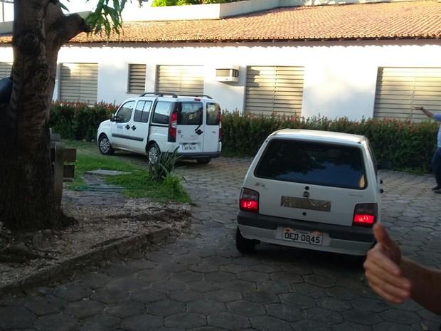 Jovens condenados por crime em Castelo chegaram em carros separdos ao CEM, em Teresina (Foto: Ellyo Teixeira/G1)