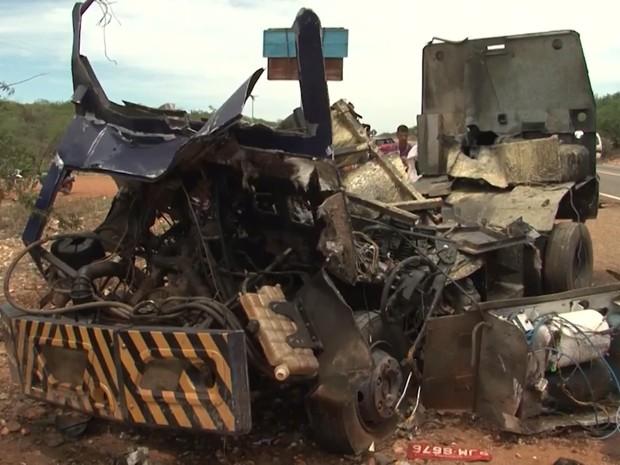 Carro-forte foi explodido por criminosos na Bahia (Foto: Reprodução/TV São Francisco)