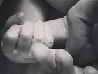 Fernanda Machado mostra filho agarrado ao pai segundos após nascer