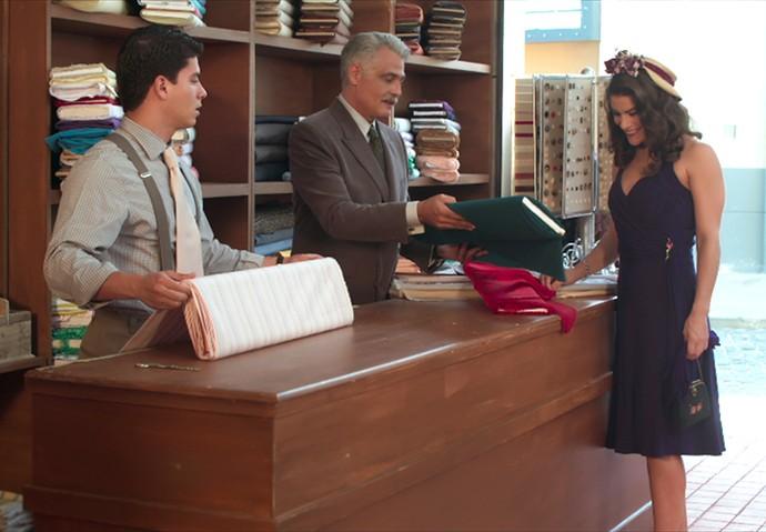 Diana ganha dois cortes de tecido de Severo (Foto: TV Globo)