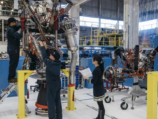 Técnicos montam um motor de hidrogênio BE-3 nas instalações da Blue Origin em Kent, Washington, em foto de 8 de março (Foto: Reuters/Blue Origin/Handout via Reuters)