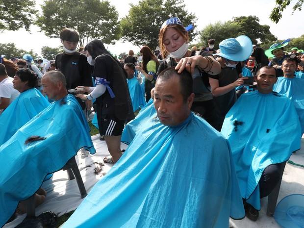 Moradores da cidade de Seongju, na Coreia do Sul, raspam as cabeças em protesto contra a decisão do governo de aceitar colocar uma unidade americana de defesa antimíssil no local (Foto: Kim Jun-beom/Yonhap/Reuters)
