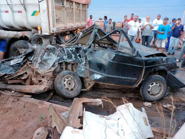 Veículo de passeio ficou totalmente destruído com o acidente (Foto: Sigi Vilares/Blog do Sigi Vilares)