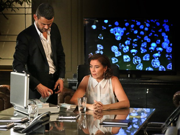 Maurílio conversa com Marta e Cristina chega na hora (Foto: Carol Caminha/ Gshow)