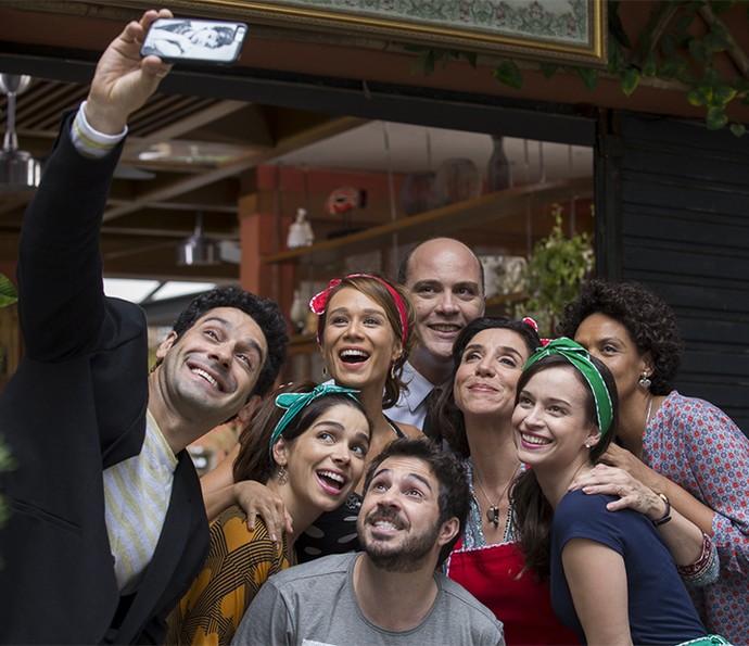 Selfie, tem que ter! Juntou todo mundo para aparecer na foto do João nos bastidores da inauguração da Cantinha da Tancinha  (Foto: Ellen Soares/Gshow)