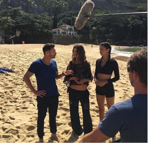 Ryan Seacrest com Adriana Lima e Alessandra Ambrosio (Foto: Reprodução)