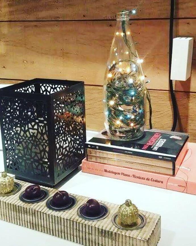 Velas em formato de cereja e pisca-pisca na garrafa: charme no Natal com pouco (Foto: Divulgação)