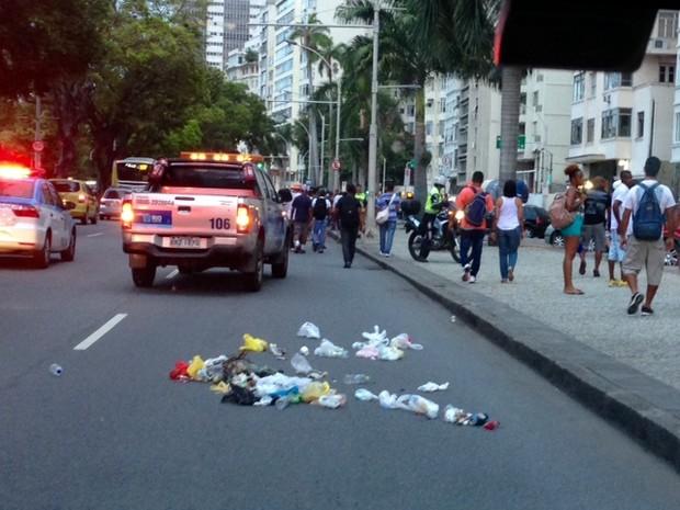 Lixo fica no meio da rua após passagem da passeata de garis (Foto: Káthia Mello / G1)