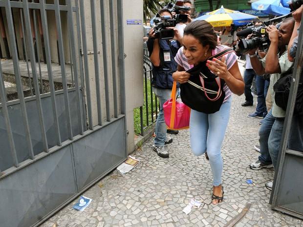 Estudante chega correndo ao local de prova pouco antes do fechamento dos portões (Foto: Alexandre Durão/G1)