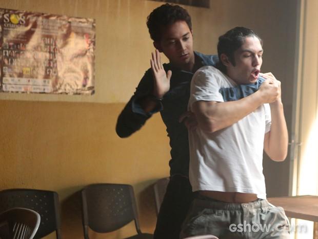Antônio ataca Ben, que não revida e fica sem reação (Foto: Felipe Monteiro / TV Globo)