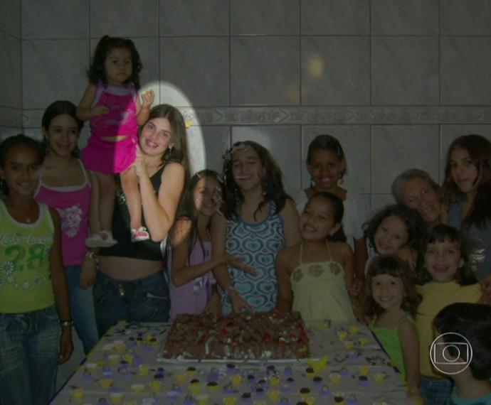 Camila Queiroz quando era adolescente: cercada de crianças (Foto: TV Globo)