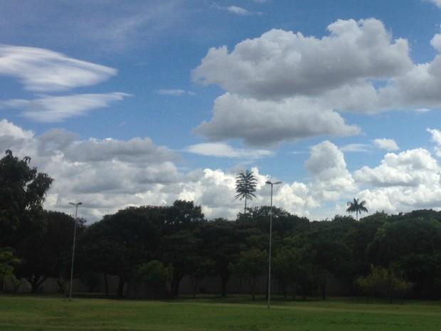 Céu com muitas nuvens nesta segunda-feira em Campo Grande (Foto: Luan Saraiva/ G1 MS)