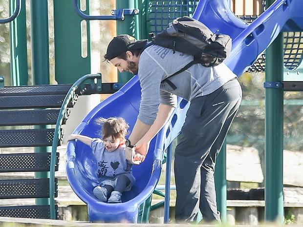 Ashton Kutcher e a filha, Wyatt Isabelle, se divertem em parque em Nova Orleans, nos Estados Unidos (Foto: Grosby Group/ Agência)