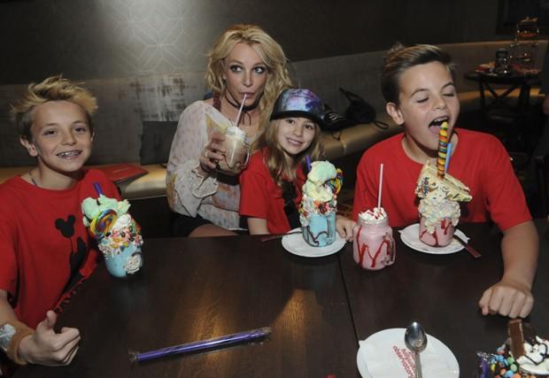 Britney Spears com os filhos e sobrinha (Foto: Getty Images)