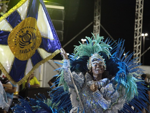 Porta-bandeira da Favela, na Passarela do Samba, em São Luís (Foto: Paulo de Tarso Jr./Imirante)