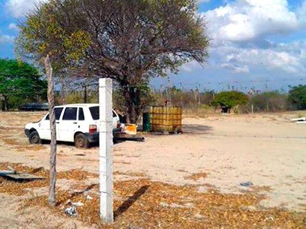 Foto feita por estudante mostra que galões de combustível ficam armazenados embaixo de uma árvore (Foto: Renato Medeiros Albuquerque/G1)